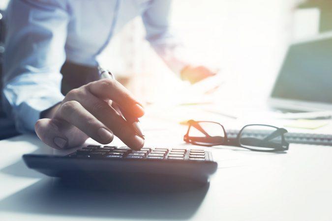 Foto Steuerberater arbeitet am Computer an seinem Schreibtisch